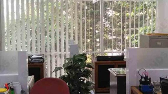 Tirai Vertical Blinds Dimout Grey Pasang Di Slipi