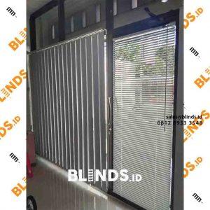 contoh vertical blinds bahan blackout warna putih id4114