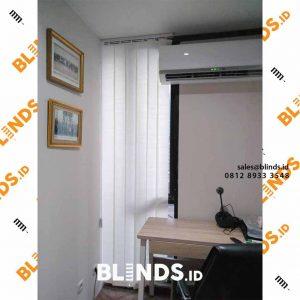 tirai jendela vertikal bahan dimout untuk jendela minimalis di Rawamangun id4155