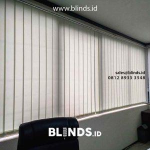 contoh vertical blinds dimout warna ivory pasang di Manggarai id4200