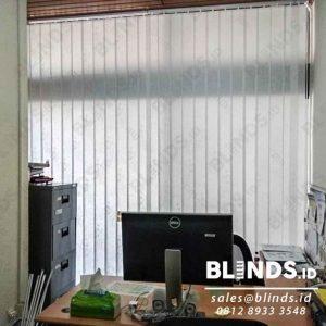 tirai vertical blinds bahan dimout off white di Gedung Asean id4058