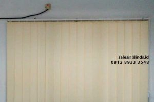 contoh vertical blinds semi blackout untuk jendela kecil di Marunda id4302