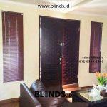 Jendela Cantik Dengan Venetian Blinds Coklat Di H. Muchtar Petukangan