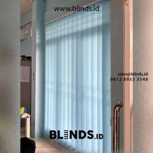 contoh gorden untuk kantor vertical bahan dimout blue custom di Bintaro id4381