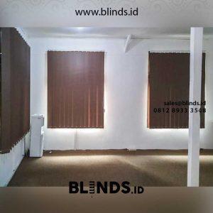 gorden untuk kantor warna coklat blackout model vertical di duren sawit id4202