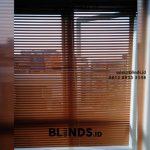 Pemasangan Venetian Blinds Deluxe Slatting 25mm Warna Coklat Di Carina Townhouse Rawa Buaya Jakarta Barat