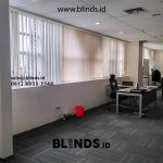 Tirai Vertical Blinds Semi Blackout Bikin Makin Betah di Ruangan