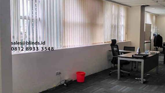 Tirai Vertical Blinds Semi Blackout Bikin Makin Betah di Ruangan